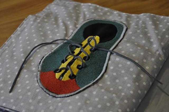 książka manipulacyjna dla malucha quiet book, shoe, nauka wiązania buta, bucik, buciki dla dziecka