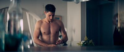 L'illustration représente une photo du compte Instagram de l'acteur Pierre Niney affichant sa musculature à ses internautes.