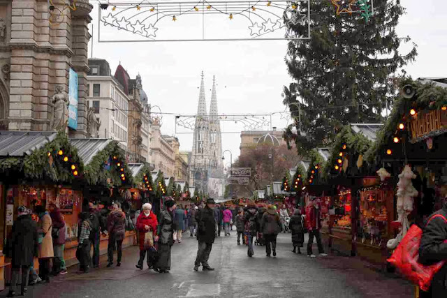 Weihnachtsmarkt am Rathausplatz in Wien © Copyright Monika Fuchs, TravelWorldOnline