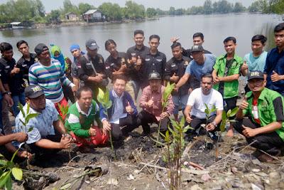 Gagasan Peduli Lingkungan, T Erry Tanam Bibit Mangrove