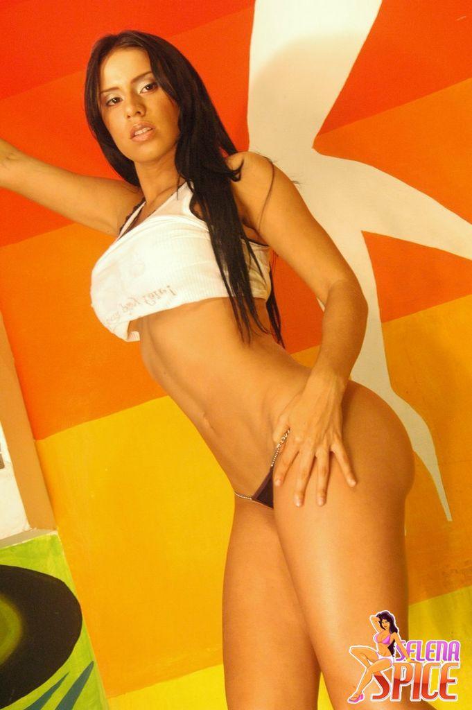 Andrea Rincon, Selena Spice Galeria 32 : Blusa Blanca y Cachetero Negro Foto 1