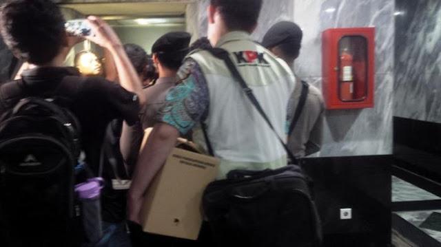 7 Jam Ngobok-obokGedung DPRD DKI, KPK Bawa Oleh-oleh Dua Dus Dokumen
