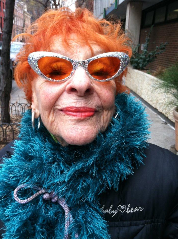 01e4cb53f988 Där visar Ari Seth Cohen bilder på äldre kvinnor med egen stil från framför  allt New York. Vad säger ni om dessa härliga damer nedan? De är alla över  60 år.