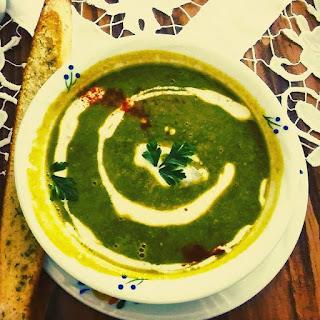 Zupa pokrzywowa ze ślimakami w śmietanie