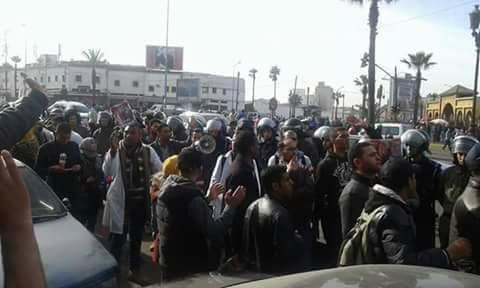 """إصابات ومطاردات خلال تدخل أمني لمنع مسيرة """"10 آلاف إطار"""""""