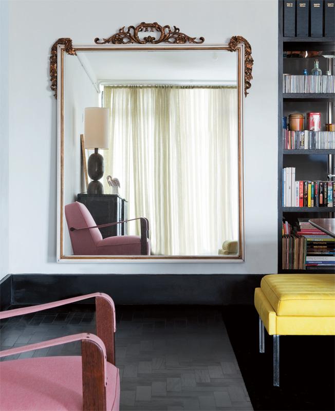 Use espelhos na decorao para disfarar portas e