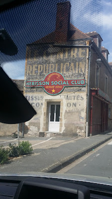 une publicité peinte Sur une route de l'Allier