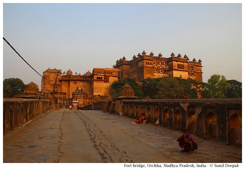 Bridge and main entrance, Orchha fort, Madhya Pradesh, India - Images by Sunil Deepak