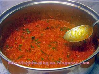 Σάλτσα ντομάτας με χωριάτικα λουκάνικα - Τα φαγητά της γιαγιάς