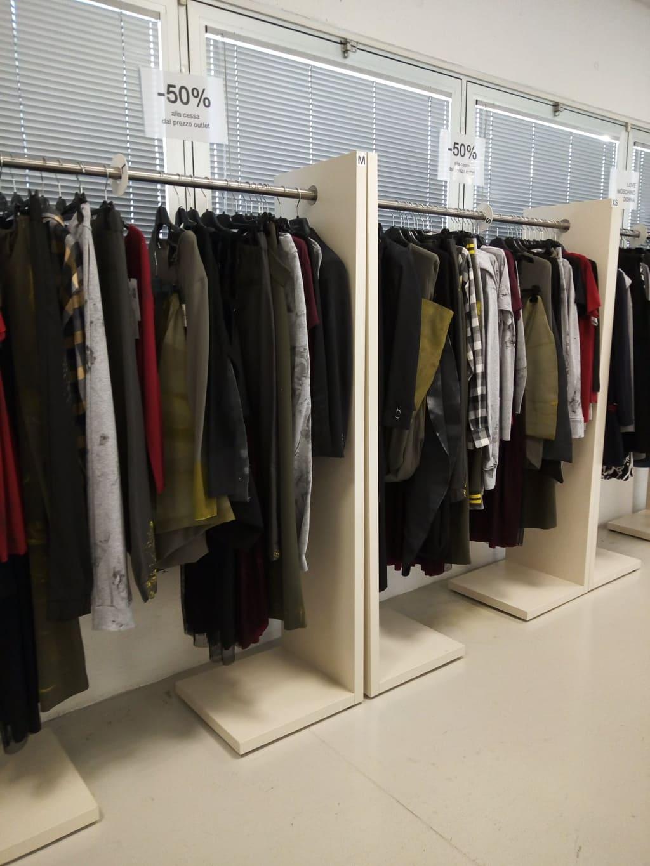 d6025a267d1b L outlet è molto ben curato e l abbigliamento è diviso per taglia e per  marca .