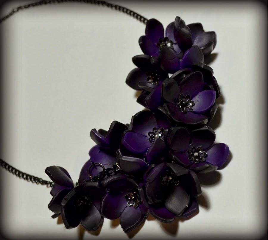 http://www.elrincondefrifri.com/2014/02/como-hacer-un-collar-de-flores-en.html