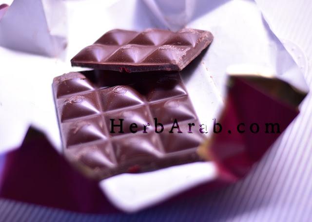 حجم شوكولاتة داكنة بالتوت الاحمر المجفف