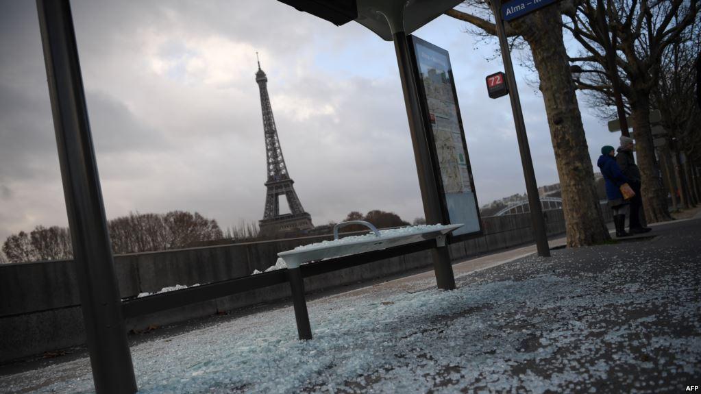 La torre Eiffel al fondo como testigo de las protestas de los chalecos amarillos / AFP