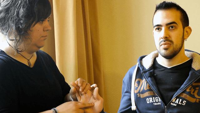El sordociego Javier García Pajares durante una entrevista