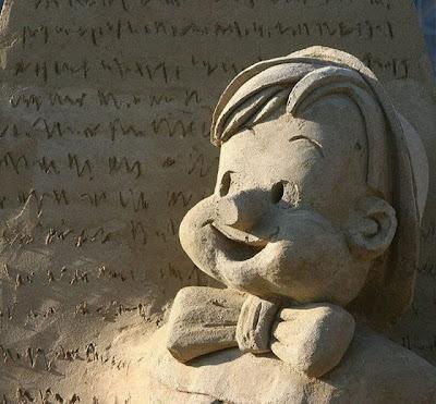 Escultura de arena pinocho