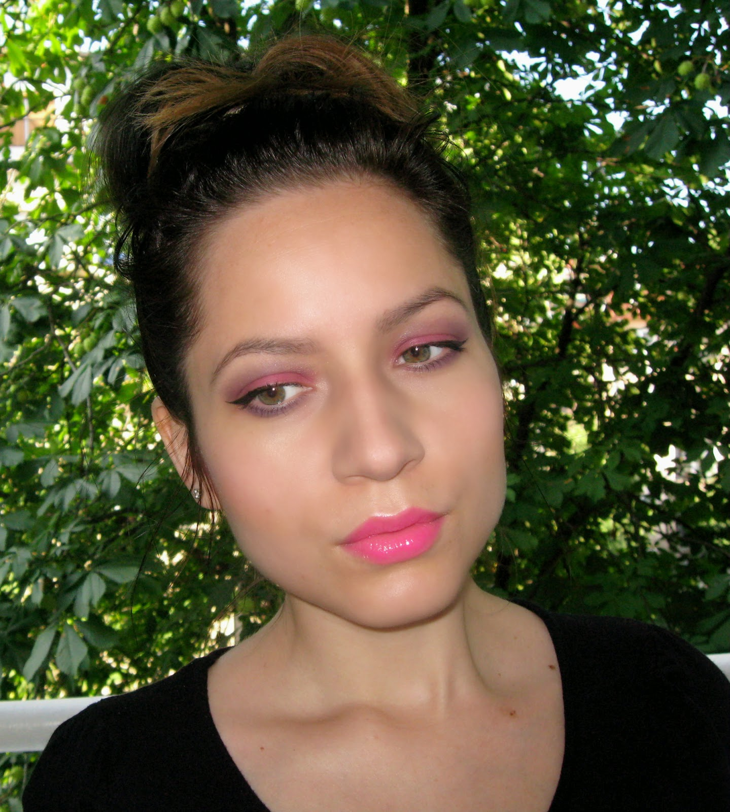 pink and purple eye shadow make up for spring and summer, hot pink lips lipstick gloss, messy bun,