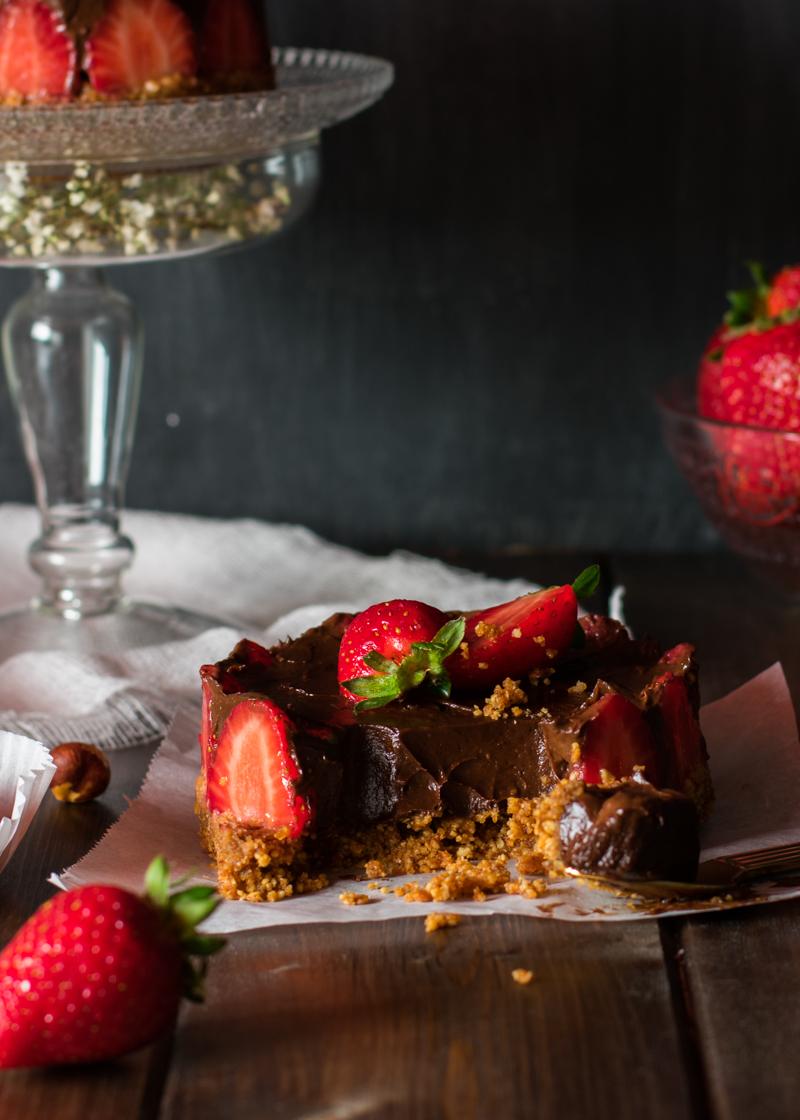 Tarta de chocolate con fresas vegana  y saludable