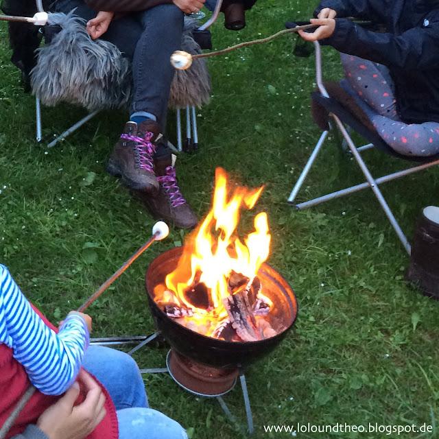 Marshmellows an Stöcken über dem Feuer