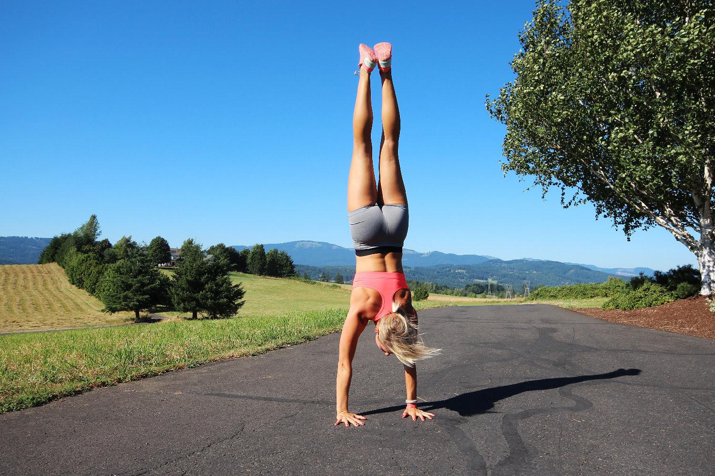 Quando você pensa em fazer parada de mãos, você pode imaginar um ginasta fazendo o que parece ser uma jogada muito difícil que você nunca poderá fazer