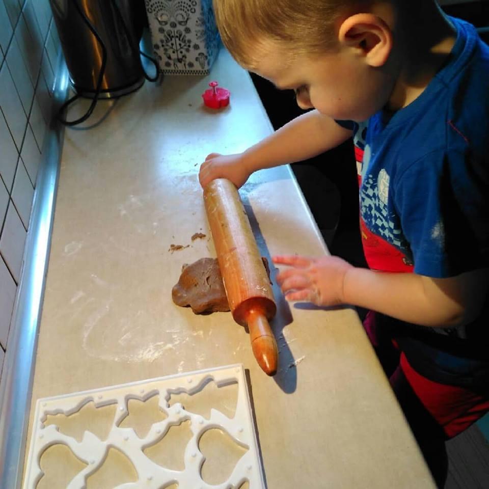 dziecko w kuchni przed świętami