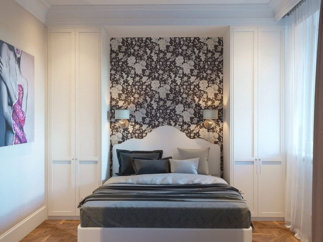Đầu giường còn được tô điểm bằng giấy dán tường họa tiết hoa.