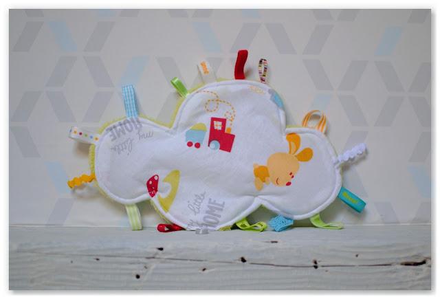 doudou étiquettes nuage train lapin champignon blanc et multicolore