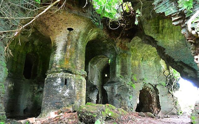 Susunan penyanggah besar di dalam benteng, mengingatkan lokasi syuting Film Tomb Raider