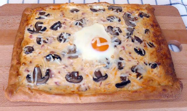 receta-de-pizza-carbonara-con-borde-de-queso