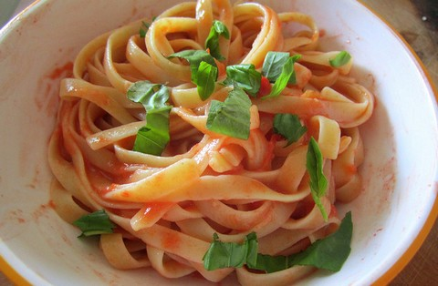 Fettuccine with Raw Tomato Sauce and Basil
