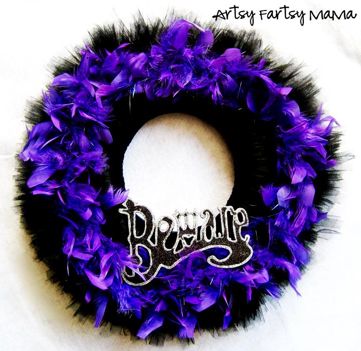 Halloween Wreath at artsyfartsymama.com #Halloween #wreath