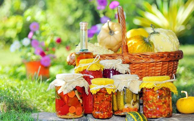 На 2 литра томатного сока : перец сладкий - 40 штук средних; сахар - 1 стакан; масло растительное - 1 стакан; соль - 2 столовые ложки; уксус - 2 столовые ложки; чеснок - 2 головки;