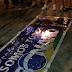 Batalha do cianê protesta contra fascismo queimando uma bandeira do Bolsonaro