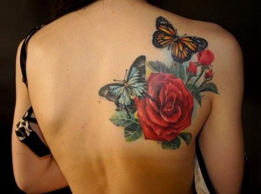 Borboletas com a rosa vermelha o projeto da tatuagem