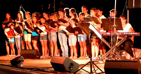 Καθηγήτρια μουσικής «πήγε» με δύο 17χρονους από τη χορωδία της