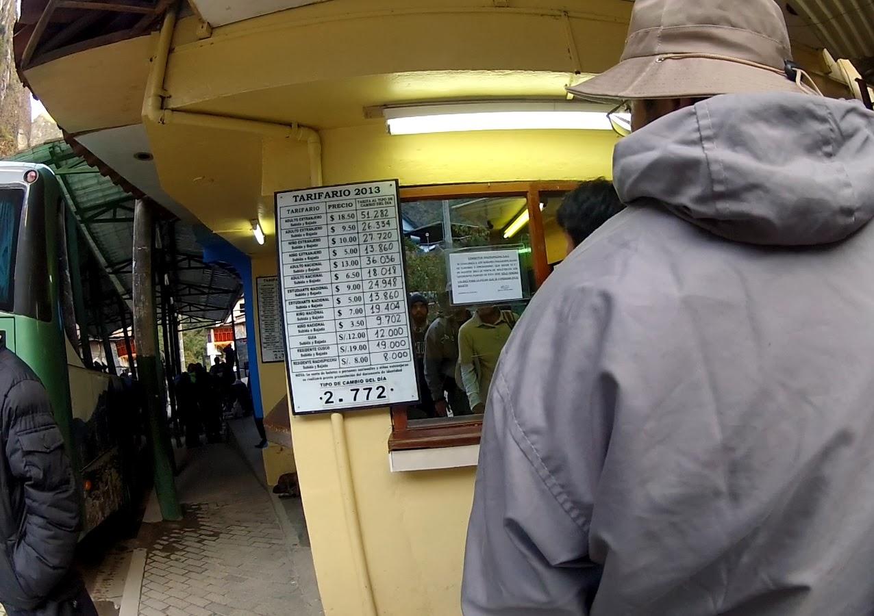 Na fila para comprar passagem de ônibus para Machu Picchu / Peru.