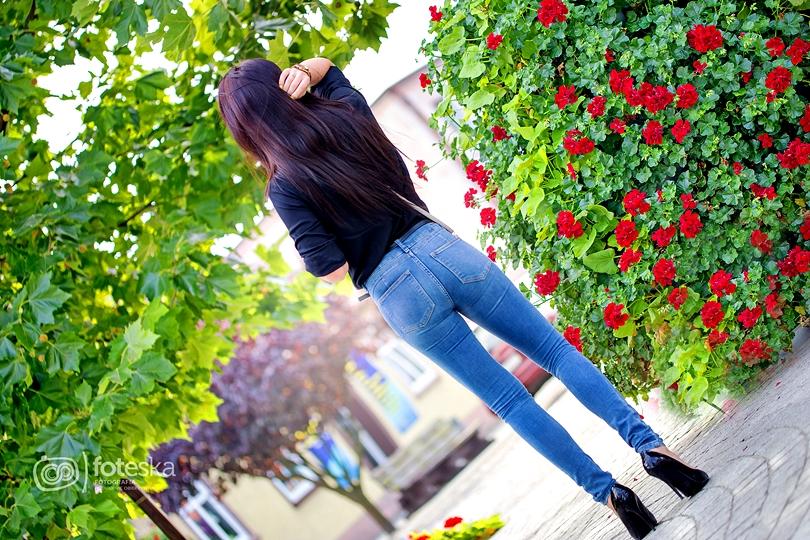 klasyczny zestaw, classic, jeans, lakierowane szpilki, czarne, bonprix, koszula, zwiewna, czarna, fashion, stylizacja, lorus, złoty zegarek, czerwone usta,
