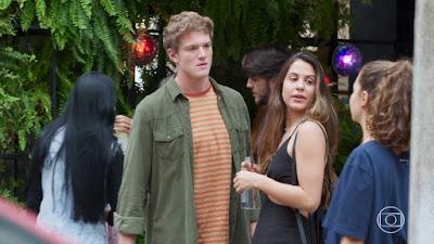Rita (Alanis Guillen) encontra Filipe (Pedro Novaes) com Leila (Jade Cardozo), em 'Malhação - Toda Forma de Amar' — Foto: TV Globo