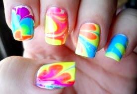 Foto de uñas con diseño colorido para verano