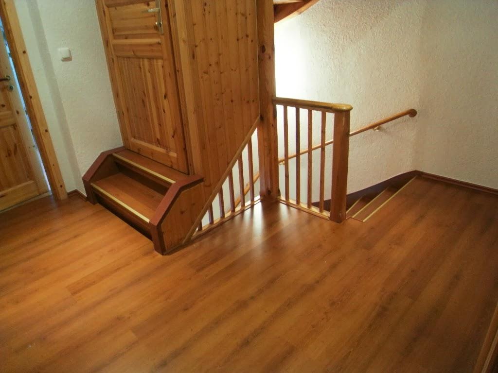Treppenrenovierung - oberes Treppen-Podest mit Bodenaufgang, passend verkleidet
