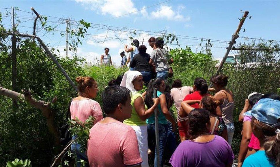 Familiares intentando ingresar al penal. FOTO:  Quadratin