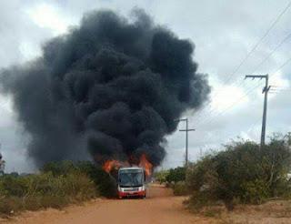 No interior de Natal, ônibus é consumido por chamas após possível pane elétrica