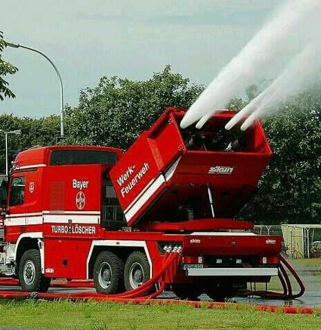 Foto Mobil Pemadam Kebakaran Tercanggih 02