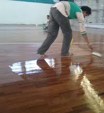 Proses pengecatan lantai kayu parket