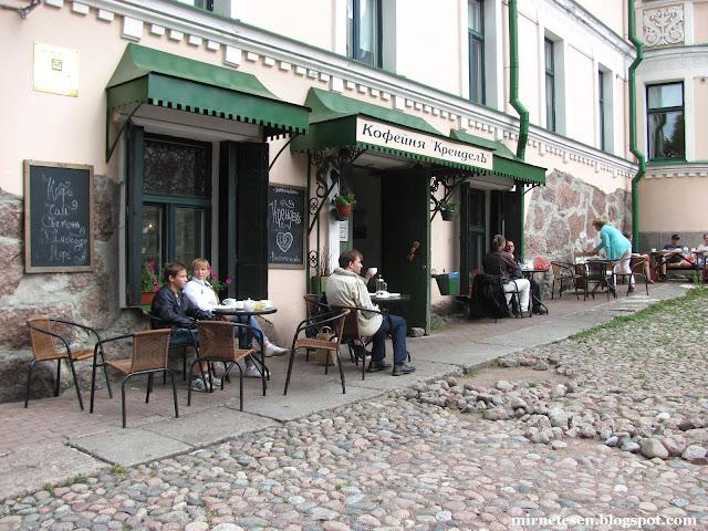 """Выборг - кофейня """"Крендель"""" перед старой ратушей"""