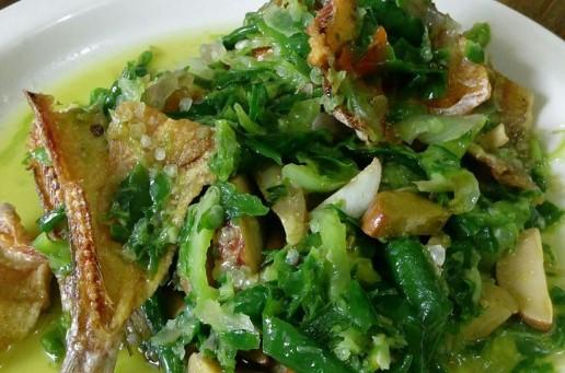 memasak-ikan-asin-sambal-hijau-pedas