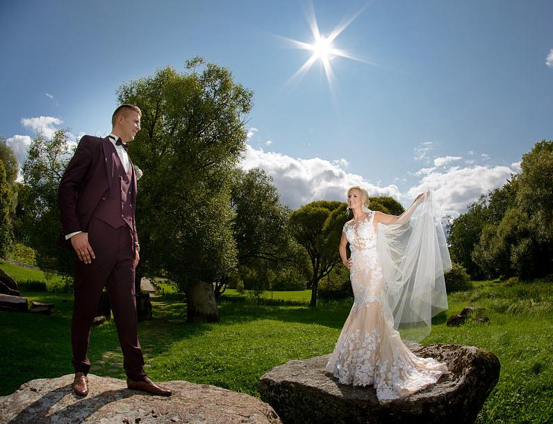 vestuvių fotosesija Vaclovo Intos Akmenų muziejaus parke