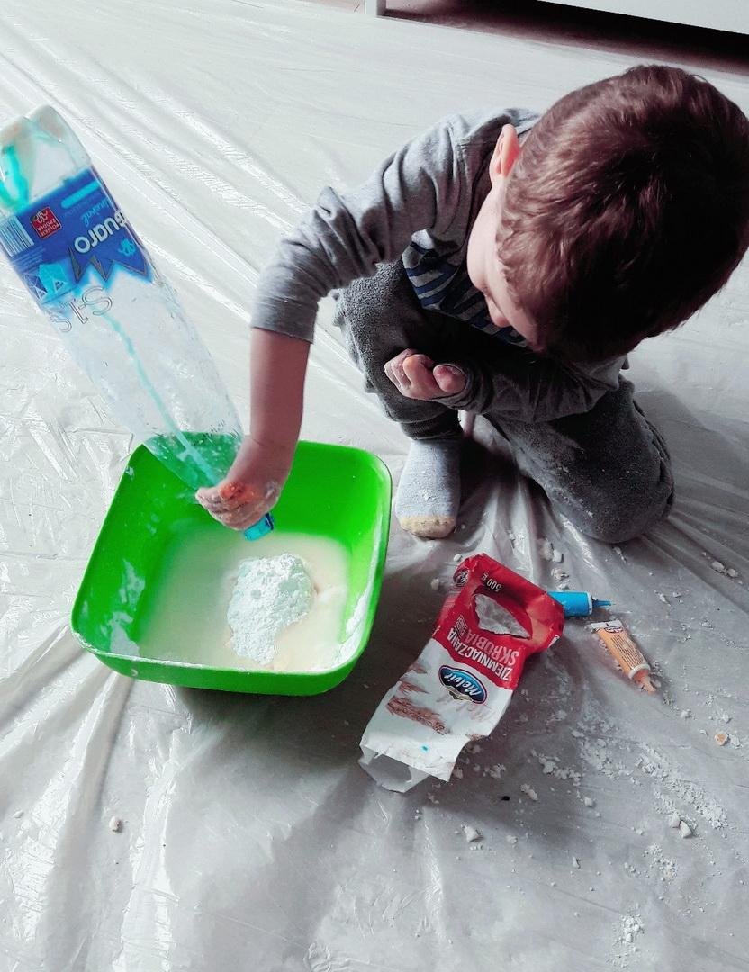 tworzymy ciastolinę dolewajac make, wode i barwnik