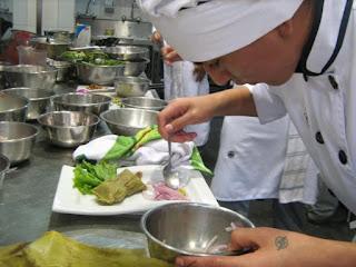 ayudante de cocina preparando plato innovador