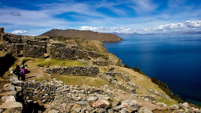 El maravilloso Lago Titicaca y parte de las ruinas existentes en sus Islas.