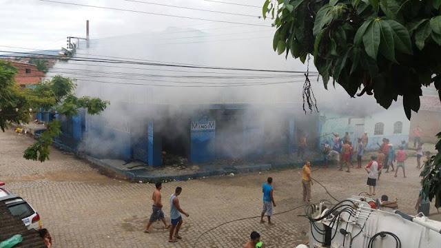Incêndio atinge mercearia e destrói mercadorias em Almenara